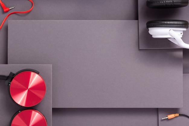 추상 회색 종이 배경의 무선 이어폰 또는 헤드폰, 미니멀리즘 개념 스타일