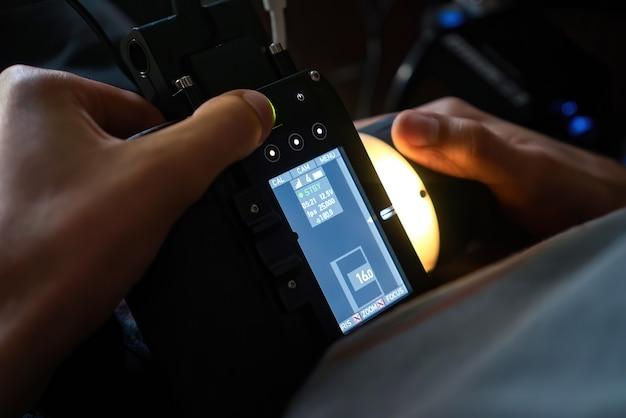 Estrattore di messa a fuoco wireless nelle mani di un professionista sul set di un film