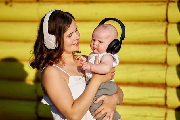 公園のママと赤ちゃんの耳にワイヤレスヘッドフォン