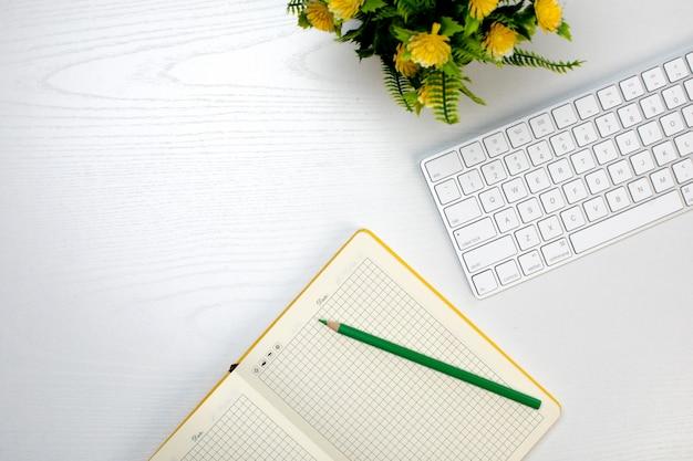 무선 키보드 및 연필로 열린 메모장