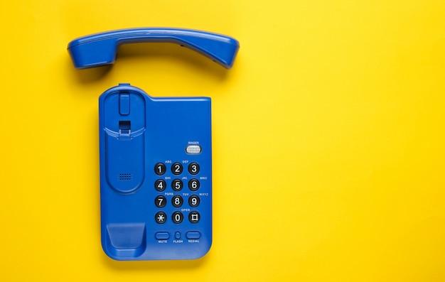 黄色のテーブルにチューブをワイヤレスオフィス電話