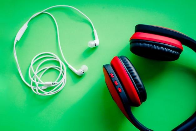 ワイヤレスオーバーイヤーフルサイズヘッドフォン。クリッピングパスで分離された黒と赤の革。ワイヤレスおよびコード付きヘッドフォン、イヤホン。音楽アクセサリー。