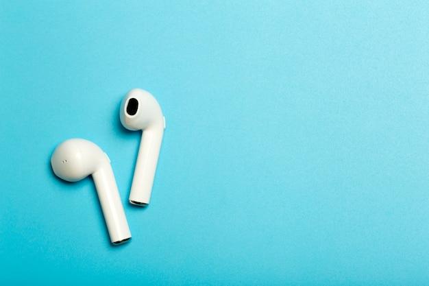 팟캐스트 라디오 및 오디오를 듣고 있는 컬러 배경 음악 앱의 무선 사운드 오디오 헤드폰
