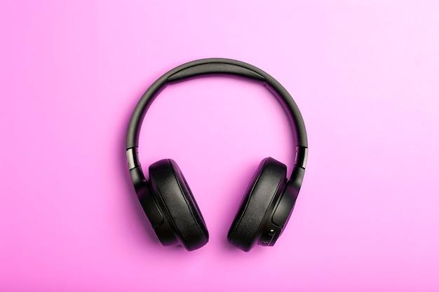 무선 사운드 컬러 배경에 오디오 헤드폰입니다. 음악 앱, 팟캐스트, 라디오 및 오디오북 개념 듣기. 고품질 사진