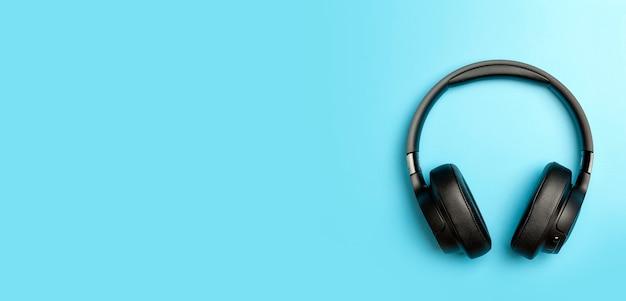 팟캐스트 r을 듣고 있는 컬러 배너 배경 음악 앱의 무선 사운드 오디오 헤드폰