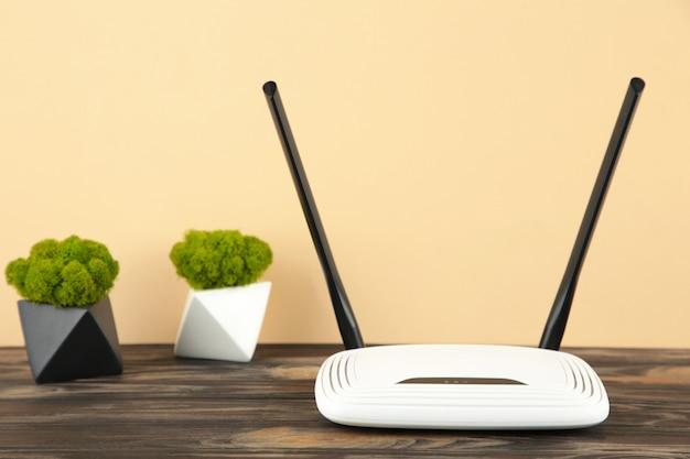 Беспроводной маршрутизатор wi-fi на коричневой поверхности с копией пространства