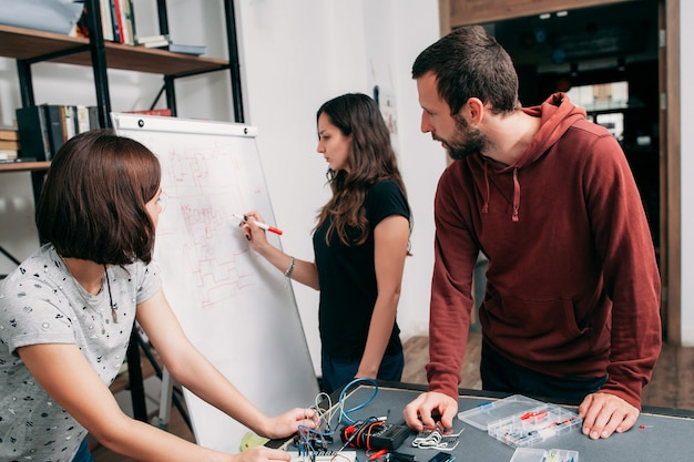 ホワイトボード、チームワークに描画する配線図。