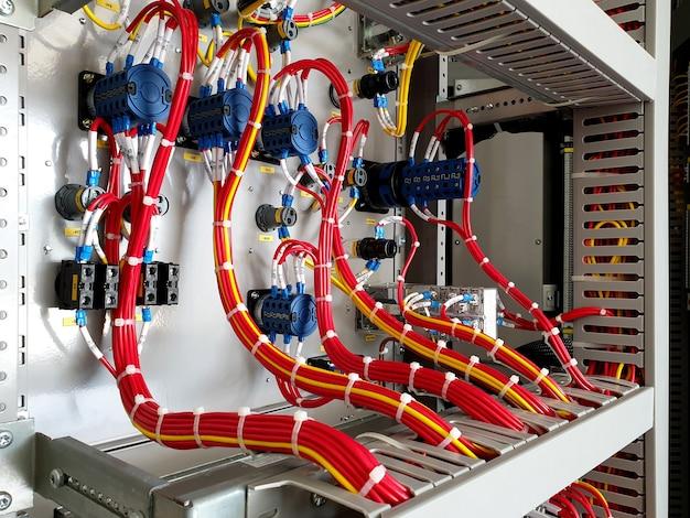 制御保護パネルでの制御回路の配線