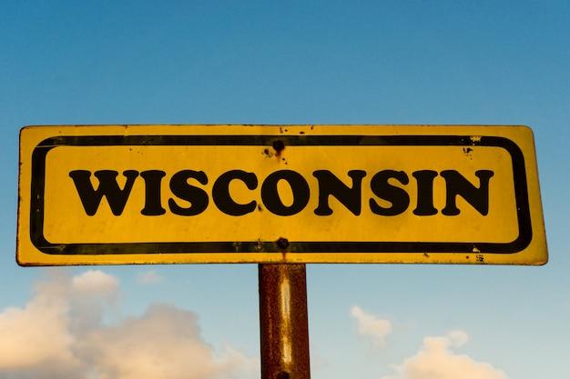 青い空と古い黄色の看板にウィスコンシン州道