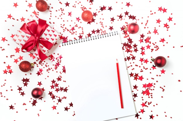 Список пожеланий на рождество и новый год. новый план 2020 года и список дел с красным праздничным декором.