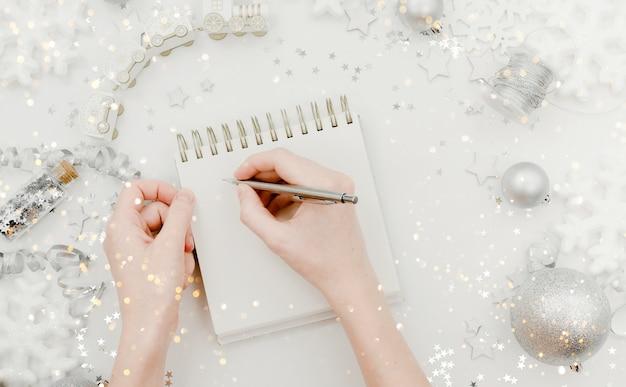 Список пожеланий с резолюцией и новым годом концепции. верхний горизонтальный вид фона