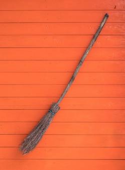 Ведьма метла на оранжевом фоне