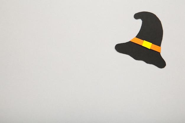 Шляпа ведьмы на серой поверхности