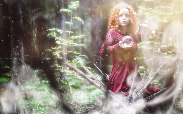 Ведьма проводит ритуал в глубине леса