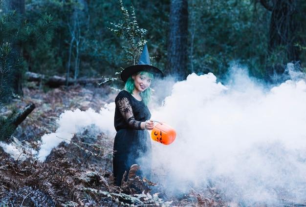 Ведьма в дыму в лесу
