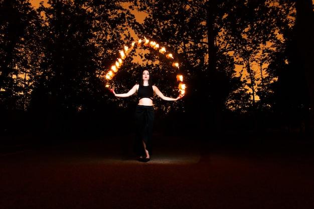 Ведьма играет с огнями, как огонь в лесу во время хэллоуина