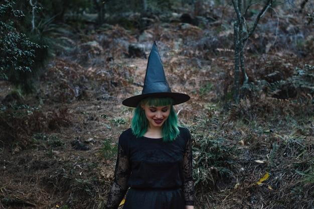 Ведьма улыбается в лесу