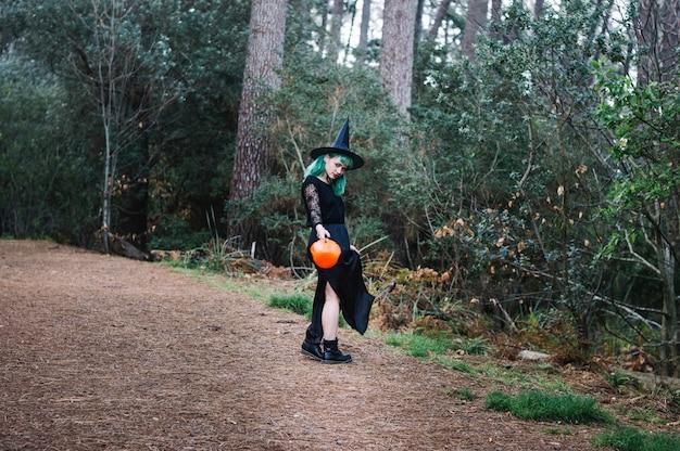 Ведьма, стоящая на лесной дорожке