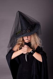 短剣を手にした魔女