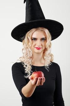 Ведьма с ядовитым яблоком