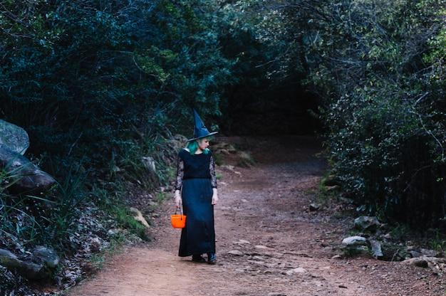 Женщина-ведьма в лесу