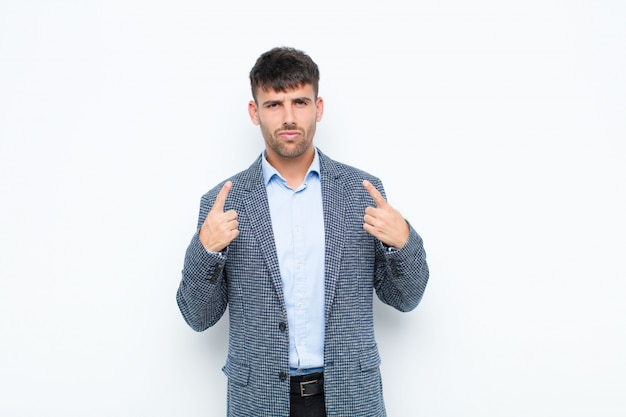 С плохим отношением, выглядящим гордым и агрессивным, указывающим вверх или шутящим надписью руками