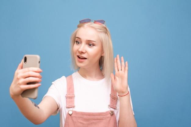 スマートフォンでビデオ通話で話している電話で、驚いた顔を青にして電話の画面を見る