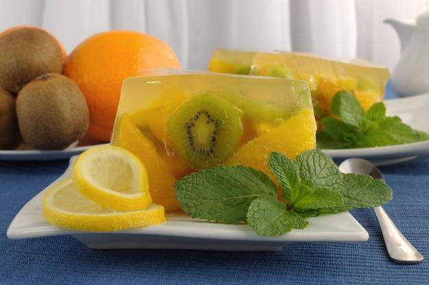 다양한 과일 젤리와 민트 클로즈업