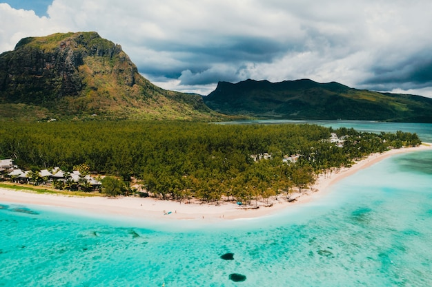 Le morne brabant 산 근처의 해변과 바다의 조감도. 모리셔스 섬의 산호초.