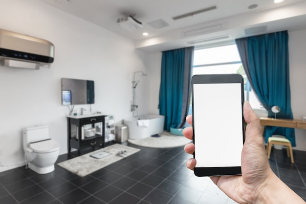 With a blank screen in hand, the background of smart phones and bathrooms is blurred.