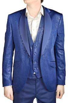 С синим цветочным узором, расстегнутый пиджак свадебный жених с жилетом и белая рубашка без галстука, изолированные на белом.