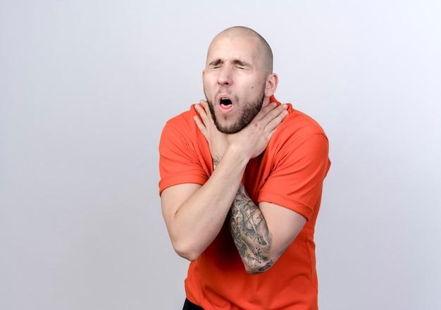 젊은 스포티 한 남자 기침 눈을 감고 흰색 배경에 고립 된 목을 잡고