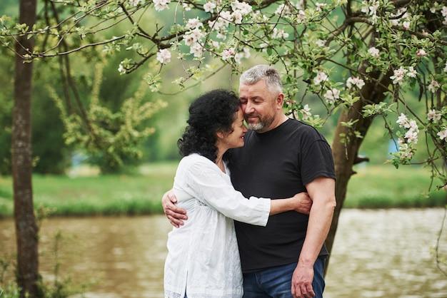 目を閉じて。屋外で素敵な週末を楽しんでいる陽気なカップル。良い春の天気