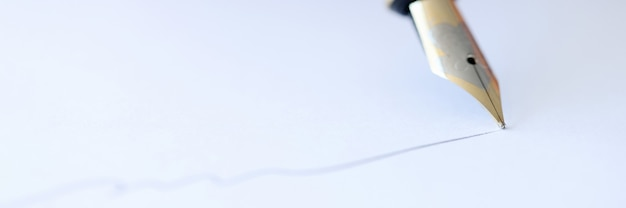 С перьевой ручкой напишите на белом листе бумаги, подписывая концепцию контрактов
