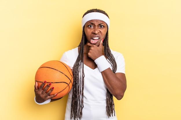 口と目を大きく開いて、あごに手を当てて、不快なショックを感じ、何を言っているのか、すごいのか。バスケットコンセプト