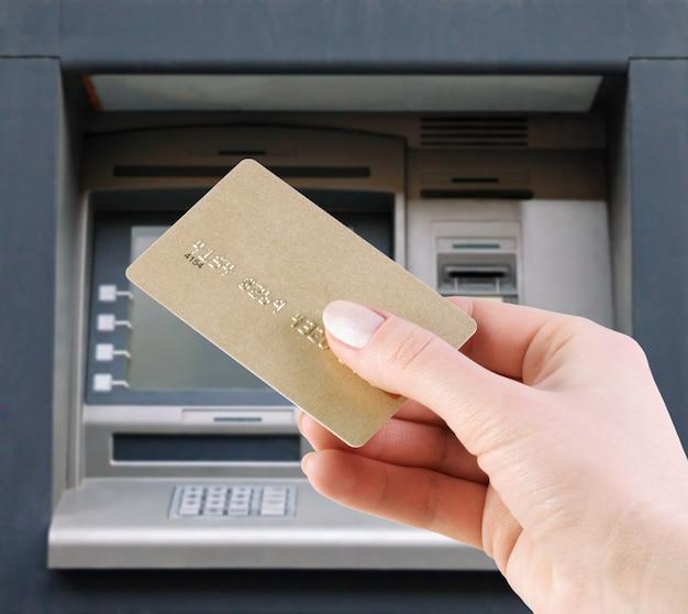 クレジットカードからお金を引き出す
