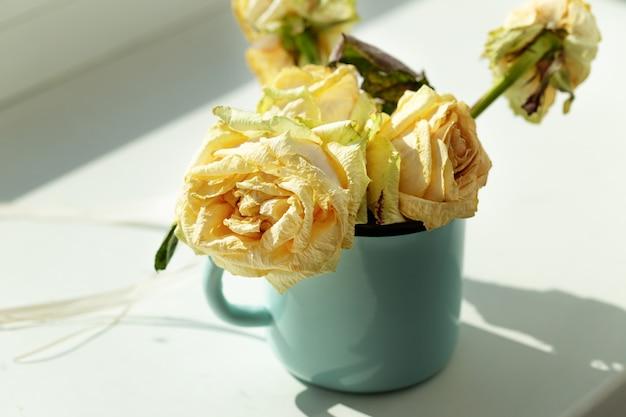 枯れたバラ-しおれたバラの花