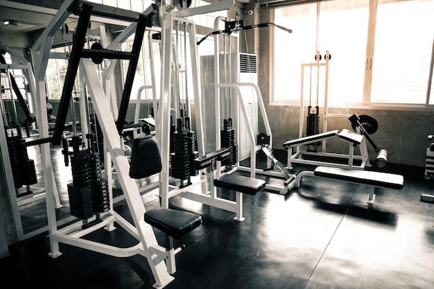 В тренажерном зале с современным оборудованием для фитнеса и многого другого.