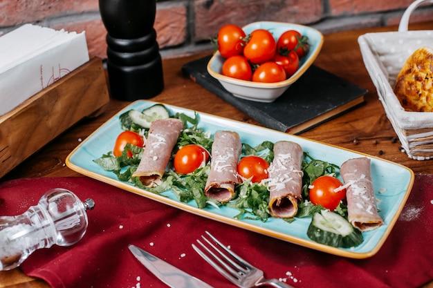 プレート上のハムロールwithjトマトとキュウリの側面図