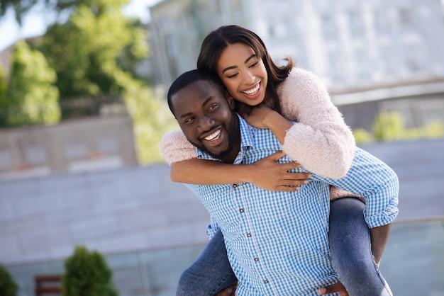 Остроумные, живые, замечательные люди устраивают свидания на улице, находят время для игр и наслаждаются компанией друг друга.