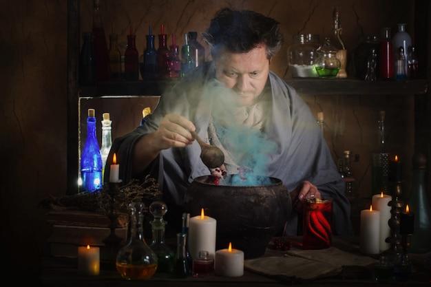 마법사가 물약을 끓인다