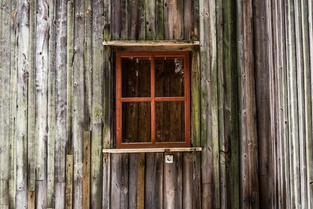 Окно на старой деревянной стене