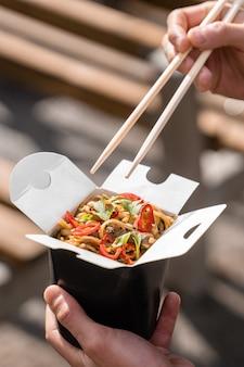 黒い食品容器の箱で中華鍋