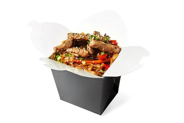 分離された牛肉の中華鍋麺