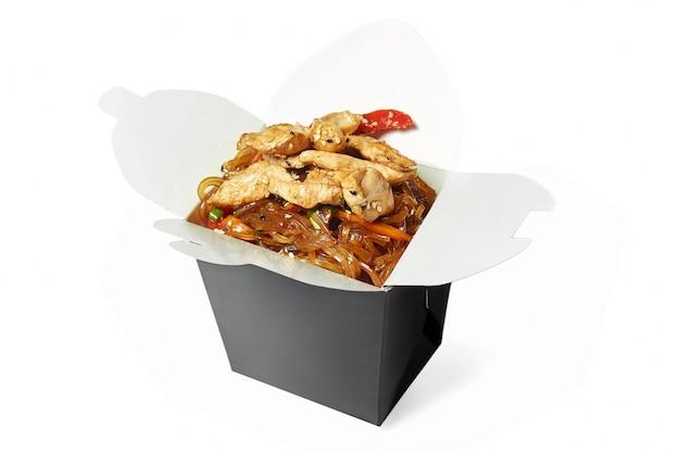 分離された鶏肉の中華鍋麺