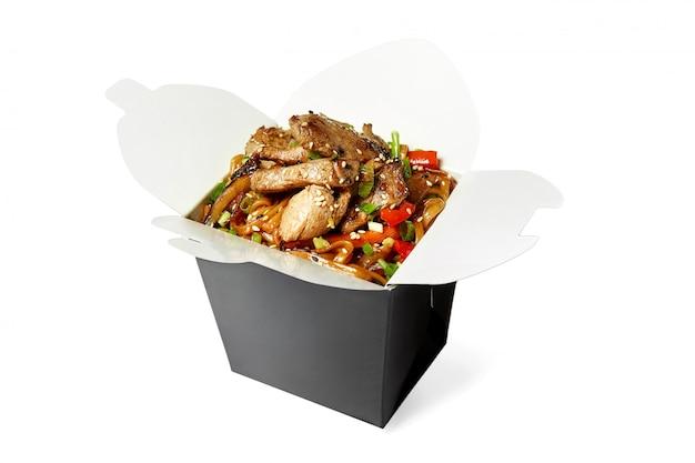 分離された豚肉の中華鍋麺