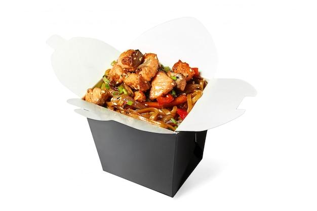 分離されたサーモンの中華鍋麺