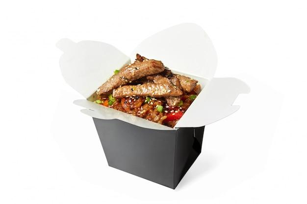 分離された牛肉の中華鍋ご飯