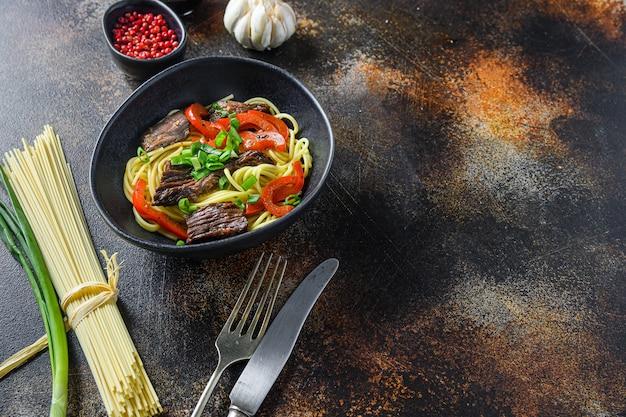 麺と炒め物のビーフサイドビュースペースで中華鍋。