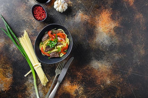 麺で中華なべとテキスト用のフライビーフトップビュースペースをかき混ぜます。